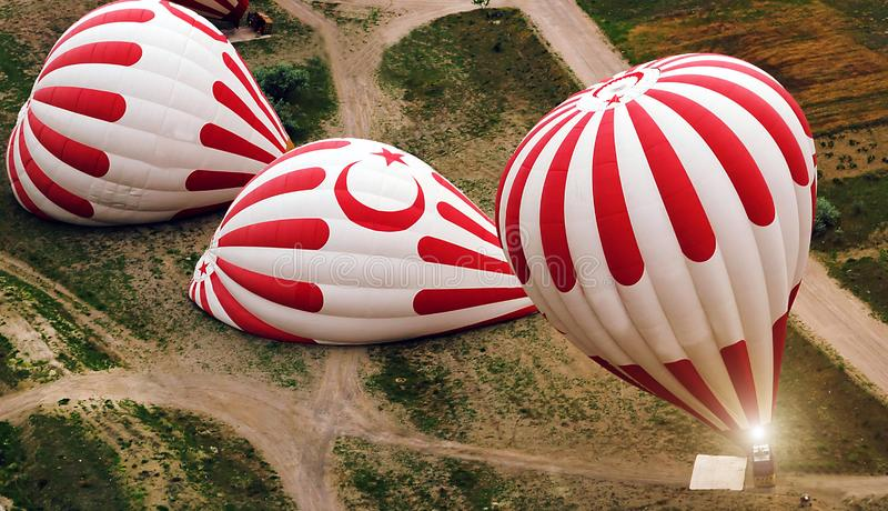 Τουρκικός γύρος μπαλονιών ζεστού αέρα σημαιών, Cappadocia Τουρκία στοκ φωτογραφία