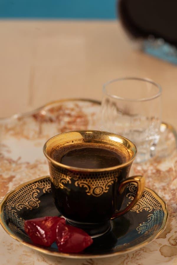 Τουρκικός καφές με το τουρκικό επιδόρπιο στοκ εικόνες