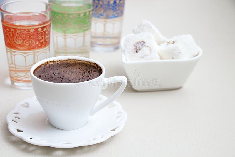 Τουρκικός καφές με το τουρκικό delig φυστικιών σοκολάτας κρέμας γάλακτος στοκ εικόνες με δικαίωμα ελεύθερης χρήσης