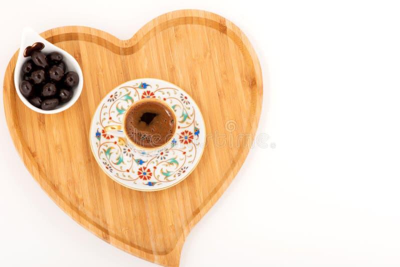 Τουρκικός καφές με το coholate και το άσπρο υπόβαθρο στοκ εικόνα