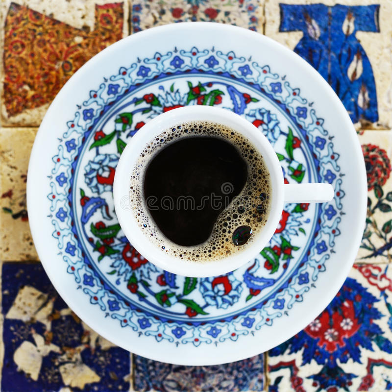 Τουρκικός καφές στα κεραμικά κεραμίδια στοκ φωτογραφία με δικαίωμα ελεύθερης χρήσης