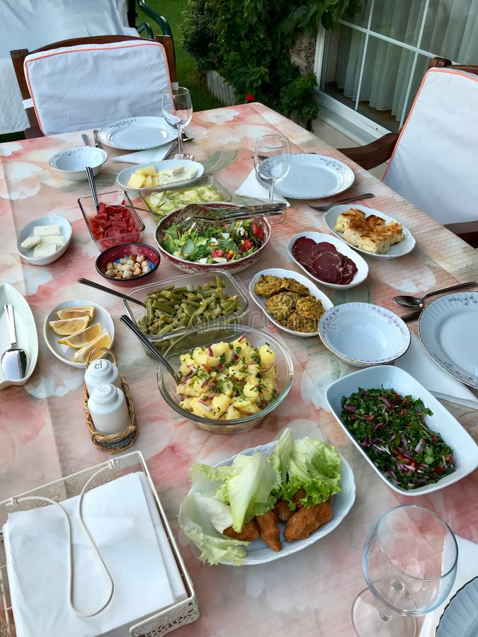 Τουρκικός πίνακας θερινού μεσημεριανού γεύματος τροφίμων στον κήπο με τα λαχανικά ελαιολάδου, τη σαλάτα πατατών, Borek, Pastrami, στοκ εικόνες