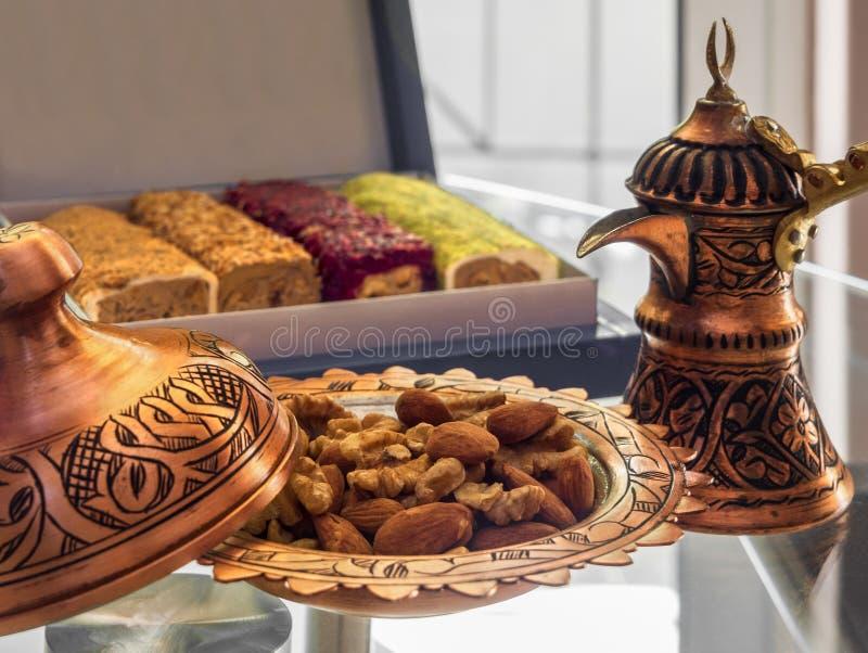 Τουρκικός χαλκός cookware χειροποίητο πιάτο Τούρκου και καραμελών και ένα καλό επιδόρπιο - η γλυκύτητα της τουρκικής εθνικής τουρ στοκ φωτογραφία