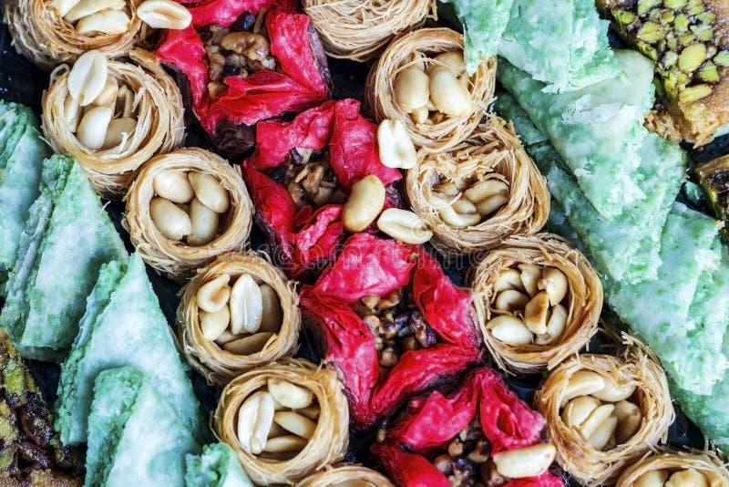 Τουρκικό επιδόρπιο Ασιατικά γλυκά με τα καρύδια και μέλι σε έναν ξύλινο στοκ φωτογραφίες