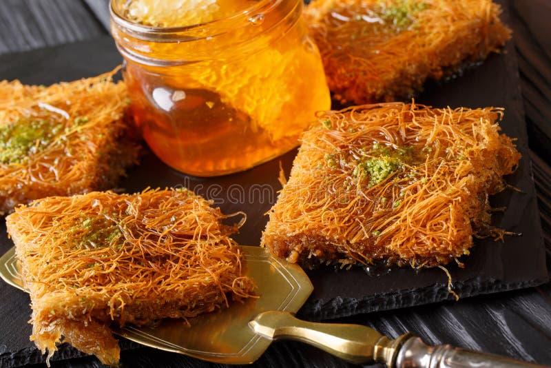 Τουρκικό επιδόρπιο kunefe με τη σκόνη φυστικιών, ζύμη clo Kataifi στοκ εικόνα