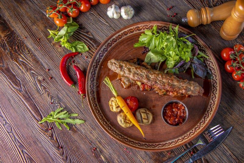 Τουρκικό και αραβικό παραδοσιακό πιάτο μιγμάτων Ramadan kebab, αρνί Kebab και βόειο κρέας με τα ψημένες λαχανικά, τα μανιτάρια κα στοκ φωτογραφία με δικαίωμα ελεύθερης χρήσης