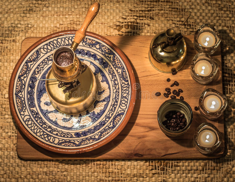 Τουρκικό να βράσει δοχείων καφέ Καφές που παρασκευάζει και τελετή κατανάλωσης στοκ εικόνα