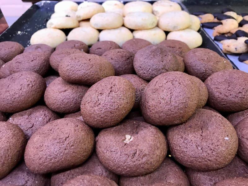 Τουρκικό παραδοσιακό μπισκότο βομβών του Ιζμίρ επιδορπίων με τη λειωμένη κρέμα σοκολάτας από την προθήκη της Τουρκίας Patisserie στοκ φωτογραφία με δικαίωμα ελεύθερης χρήσης