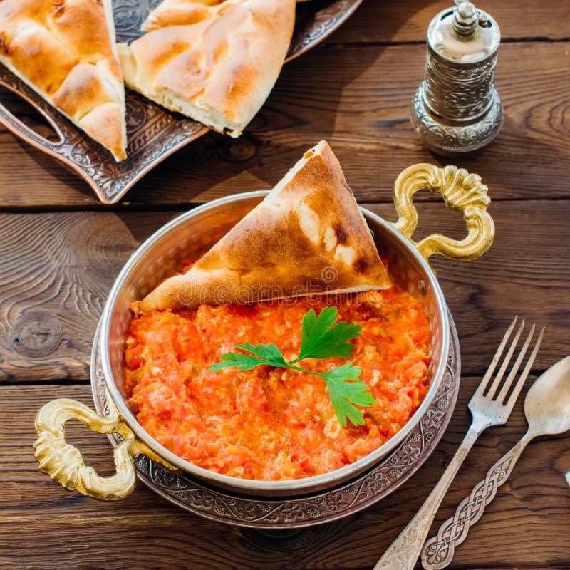 Τουρκικό παραδοσιακό πρόγευμα - Menemen με τα ανακατωμένα egss, tom στοκ εικόνες με δικαίωμα ελεύθερης χρήσης