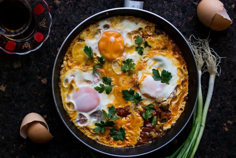 Τουρκικό πρόγευμα Menemen/ομελέτα & τηγανισμένα αυγά με το τσάι στοκ φωτογραφίες με δικαίωμα ελεύθερης χρήσης