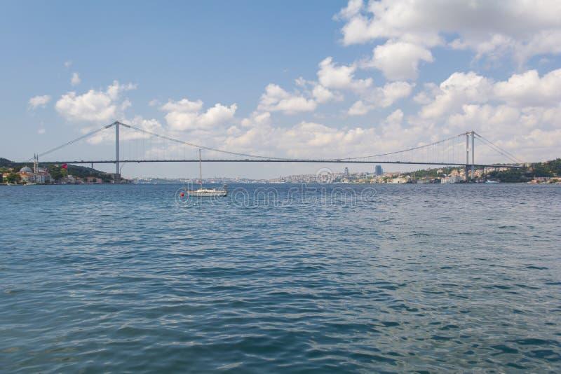 Τουρκικό τσάι με την άποψη γεφυρών bosphorus στη Ιστανμπούλ στοκ εικόνες