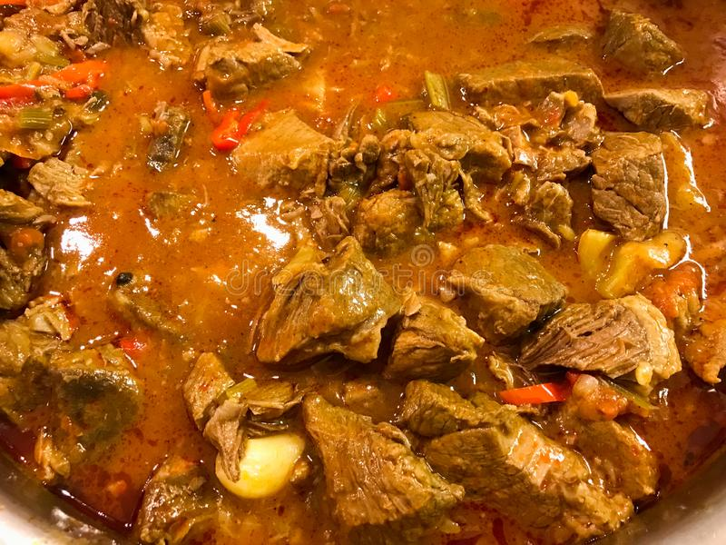 Τουρκικό Goulash βόειου κρέατος τροφίμων ή Gulas/το Juicy κρέας μόσχων μαγειρεύουν σε κατσαρόλα κοντά επάνω την άποψη στοκ φωτογραφίες