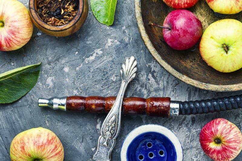 Τουρκικό hookah με τον καπνό μήλων στοκ εικόνες