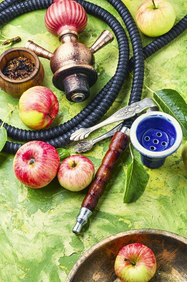 Τουρκικό hookah με τον καπνό μήλων στοκ εικόνα
