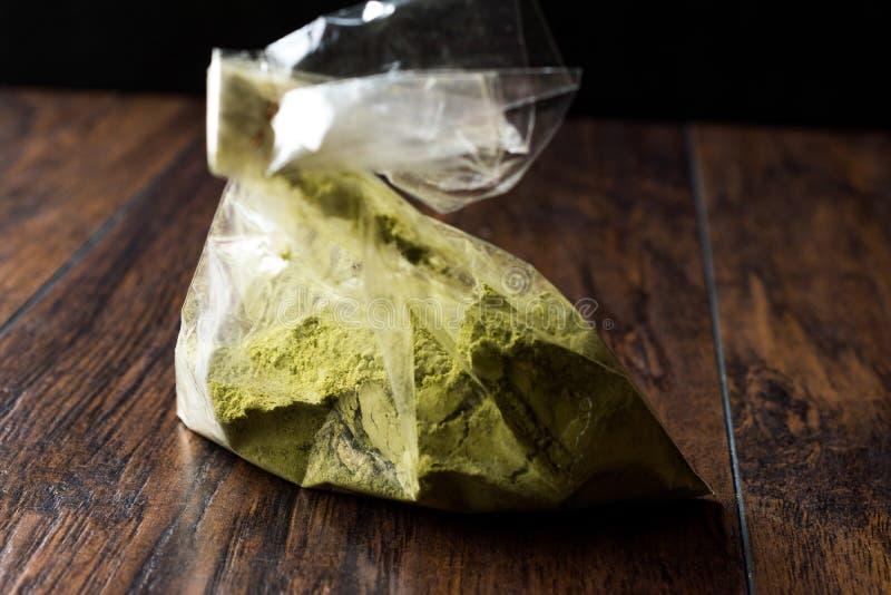 Τουρκικό Kina Henna σκόνη ή τσάι Matcha στην πλαστικές συσκευασία/την τσάντα στοκ εικόνες με δικαίωμα ελεύθερης χρήσης