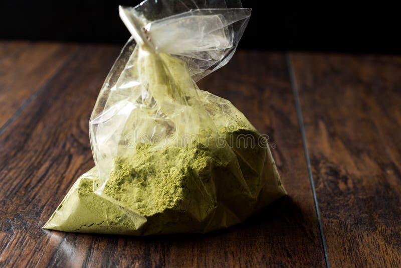 Τουρκικό Kina Henna σκόνη ή τσάι Matcha στην πλαστικές συσκευασία/την τσάντα στοκ φωτογραφίες