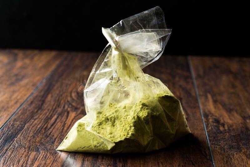 Τουρκικό Kina Henna σκόνη ή τσάι Matcha στην πλαστικές συσκευασία/την τσάντα στοκ φωτογραφίες με δικαίωμα ελεύθερης χρήσης