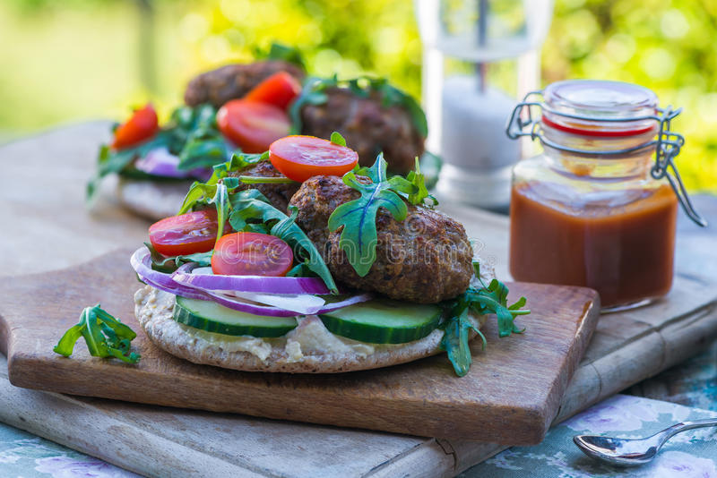 Τουρκικό kofta αρνιών ύφους στο ψωμί pitta στοκ εικόνες