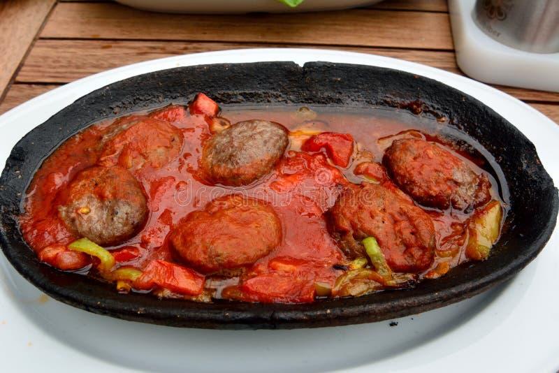 Τουρκικό kofte με τη σάλτσα ντοματών στοκ φωτογραφίες