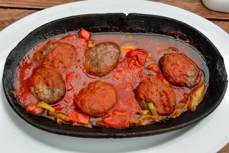 Τουρκικό kofte με τη σάλτσα ντοματών στοκ εικόνα με δικαίωμα ελεύθερης χρήσης