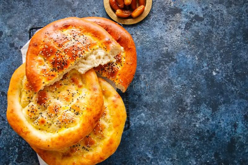 Τουρκικό ramazan pidesi - παραδοσιακά τουρκικά ramadan flatbreads στοκ φωτογραφία με δικαίωμα ελεύθερης χρήσης