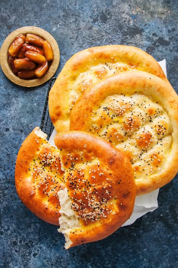 Τουρκικό ramazan pidesi - παραδοσιακά τουρκικά ramadan flatbreads στοκ εικόνα με δικαίωμα ελεύθερης χρήσης