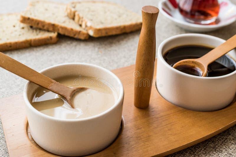 Τουρκικό Tahin Pekmez/Tahini και μελάσες με το τσάι στοκ φωτογραφίες με δικαίωμα ελεύθερης χρήσης