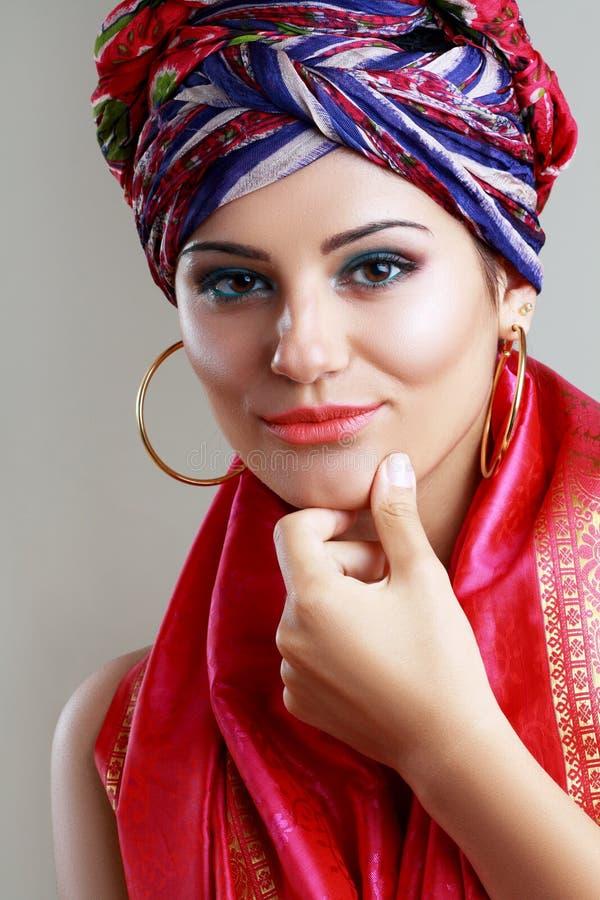 Τουρμπάνι και με το καλλιτεχνικό visage στοκ εικόνα με δικαίωμα ελεύθερης χρήσης