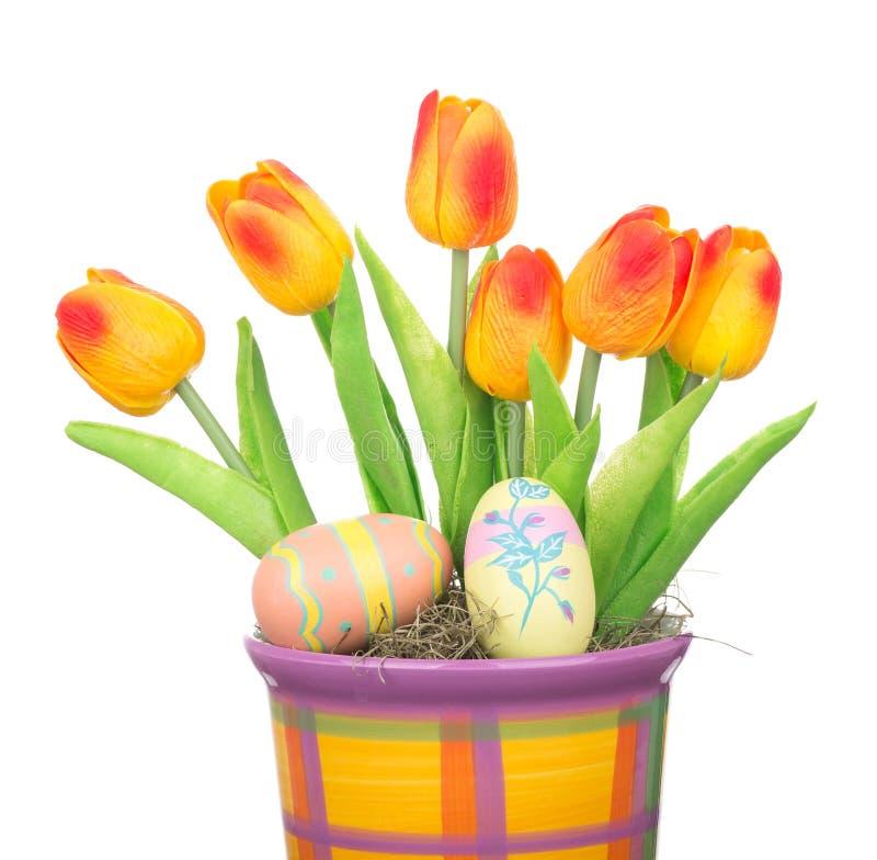 Τουλίπες και αυγά Πάσχας σε ένα δοχείο στοκ φωτογραφία με δικαίωμα ελεύθερης χρήσης