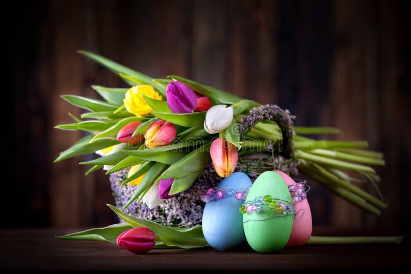 Τουλίπες με τα αυγά Πάσχας στοκ φωτογραφία με δικαίωμα ελεύθερης χρήσης