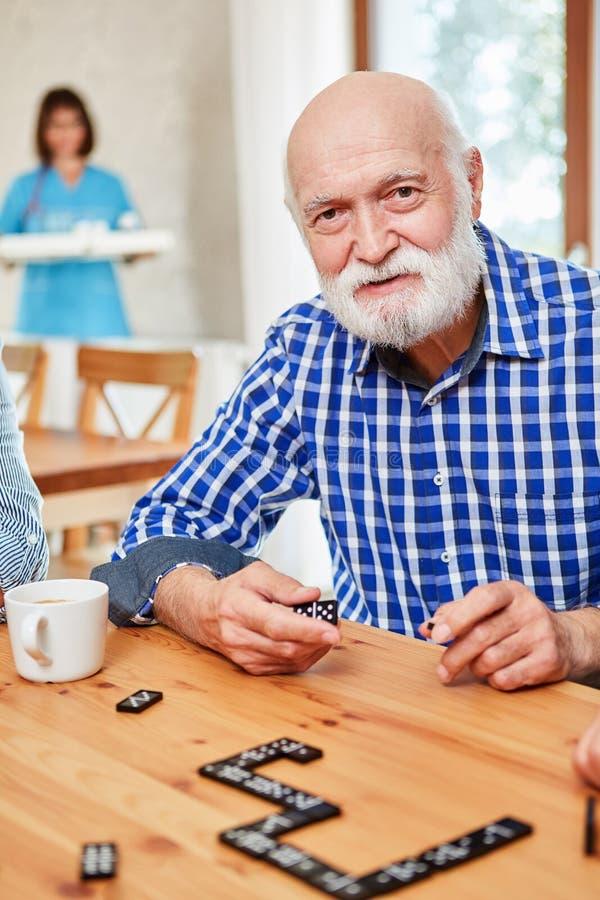 Του ανώτερου παίζοντας Alzheimer στο ντόμινο στοκ εικόνες