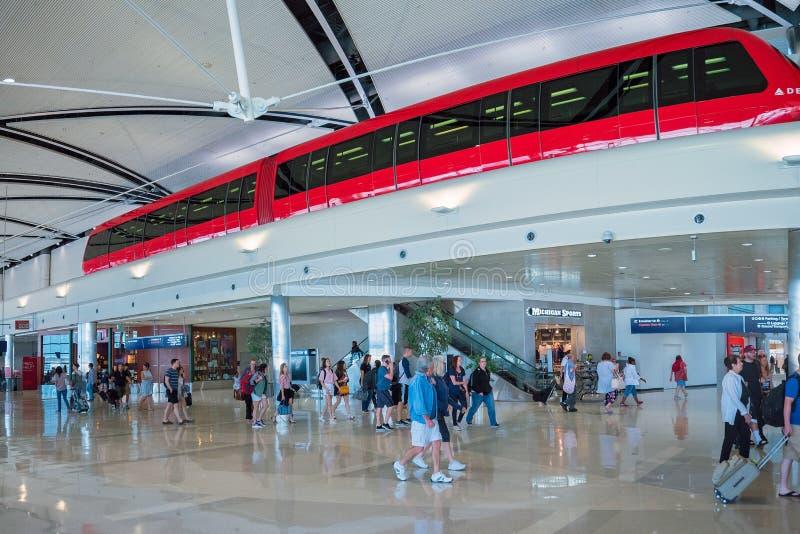 Του δέλτα κόκκινο τραίνο μεταφορών επιβατών μέσα του διεθνούς αερολιμένα του Ντιτρόιτ στοκ φωτογραφίες με δικαίωμα ελεύθερης χρήσης
