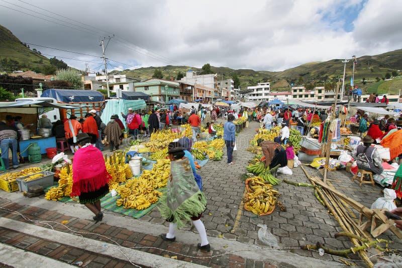Του Εκουαδόρ εθνικοί λαοί με τα γηγενή ενδύματα σε μια αγροτική αγορά Σαββάτου στο χωριό Zumbahua, Ισημερινός στοκ εικόνα