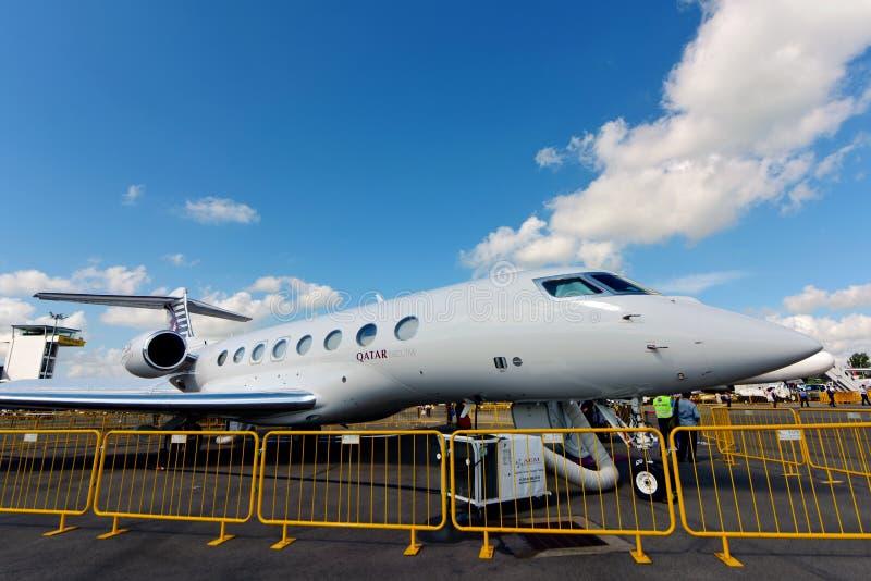 Του Κατάρ εταιρικό αεριωθούμενο αεροπλάνο Gulfstream G650ER εναέριων διαδρόμων εκτελεστικό στην επίδειξη στη Σιγκαπούρη Airshow στοκ φωτογραφία