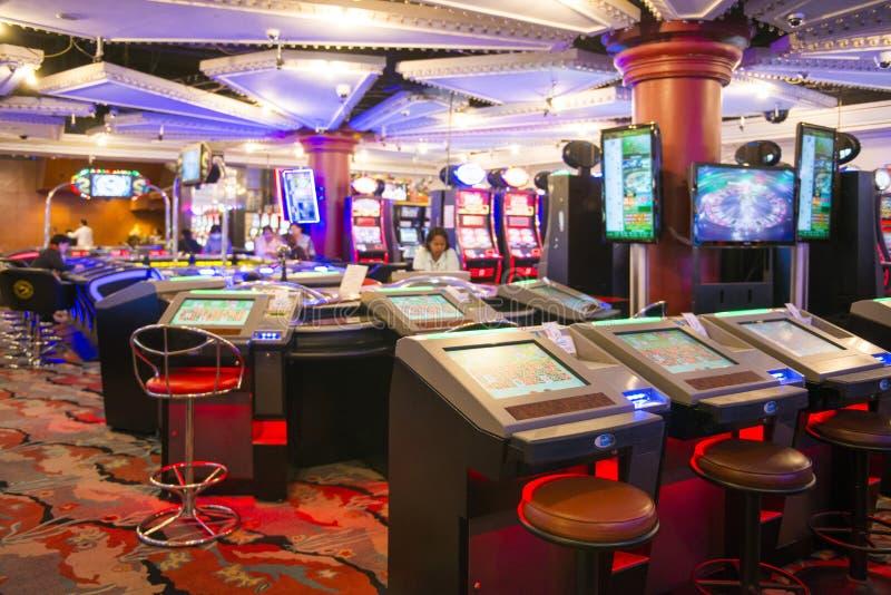 ΤΟΥ ΜΙΑΝΜΆΡ - 11.2016 ΙΑΝΟΥΑΡΙΟΥ: μηχανήματα τυχερών παιχνιδιών με κέρματα στο δωμάτιο παιχνιδιού στο μεγάλο στοκ εικόνα