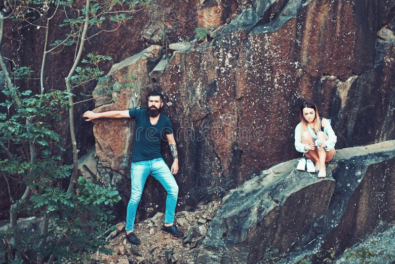 Του μια συναρπαστική εμπειρία Προκλητική γυναίκα και γενειοφόρος άνδρας στο φυσικό τοπίο Ζεύγος ερωτευμένο στις θερινές διακοπές στοκ φωτογραφίες
