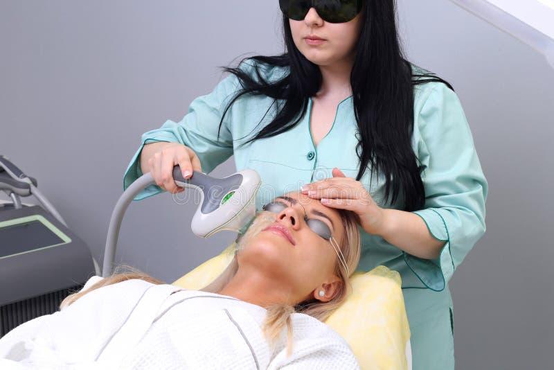 Του προσώπου θεραπεία φωτογραφιών διαδικασίες αντι-γήρανσης στοκ φωτογραφίες
