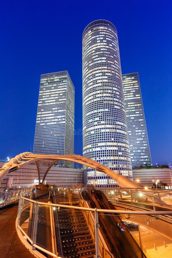 Του Τελ Αβίβ Azrieli κεντρικών οριζόντων σύγχρονη αρχιτεκτονική σχήματος πορτρέτου ουρανοξυστών πόλεων γεφυρών νύχτας ώρας του Ισ στοκ εικόνες με δικαίωμα ελεύθερης χρήσης