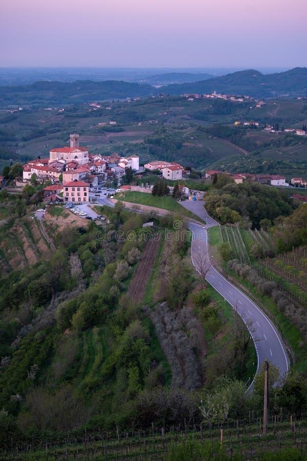 Του χωριού Åmartno μεταξύ των αμπελώνων στην περιοχή Brda κρασιού στη Σλοβενία στοκ εικόνα με δικαίωμα ελεύθερης χρήσης