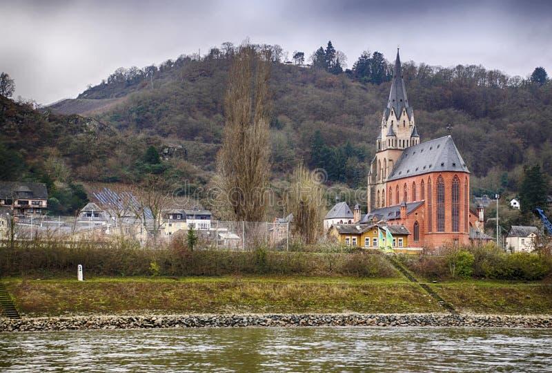 Του χωριού εκκλησία κατά μήκος του ποταμού του Ρήνου στοκ εικόνες