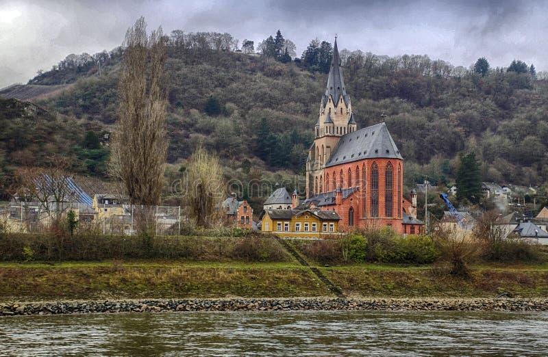 Του χωριού εκκλησία με το κάστρο στο λόφο στοκ εικόνα