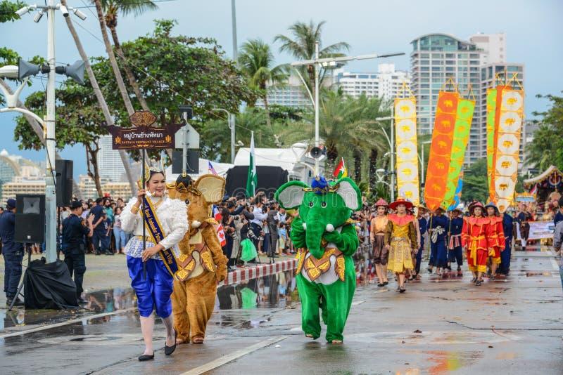 Του χωριού παρέλαση ελεφάντων Pattaya που βαδίζει στο διεθνή στόλο στοκ εικόνες