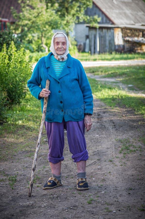 του χωριού πρόσωπο, ηλικιωμένη όμορφη γυναίκα στοκ φωτογραφία με δικαίωμα ελεύθερης χρήσης