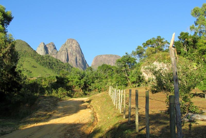Του χωριού δρόμος στον ομαλό βράχο στοκ εικόνα