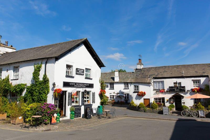 Του χωριού σκηνή Αγγλία UK περιοχής λιμνών μια όμορφη ηλιόλουστη θερινή ημέρα σε Hawkshead στοκ εικόνες με δικαίωμα ελεύθερης χρήσης