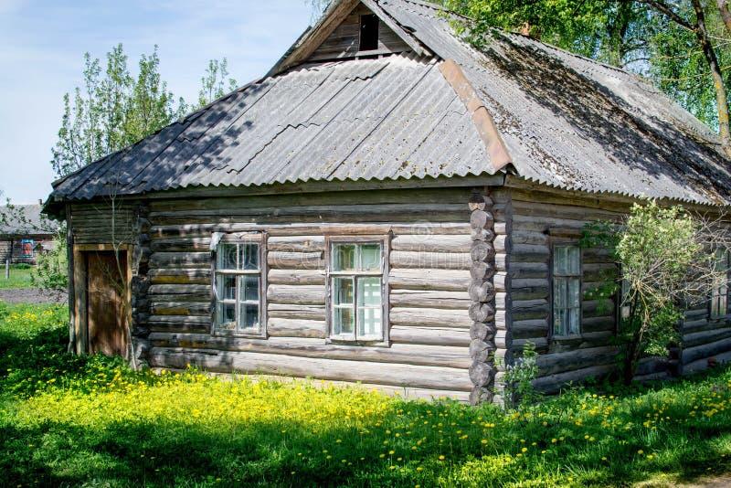 Του χωριού σπίτι, πράσινος χορτοτάπητας στοκ εικόνες