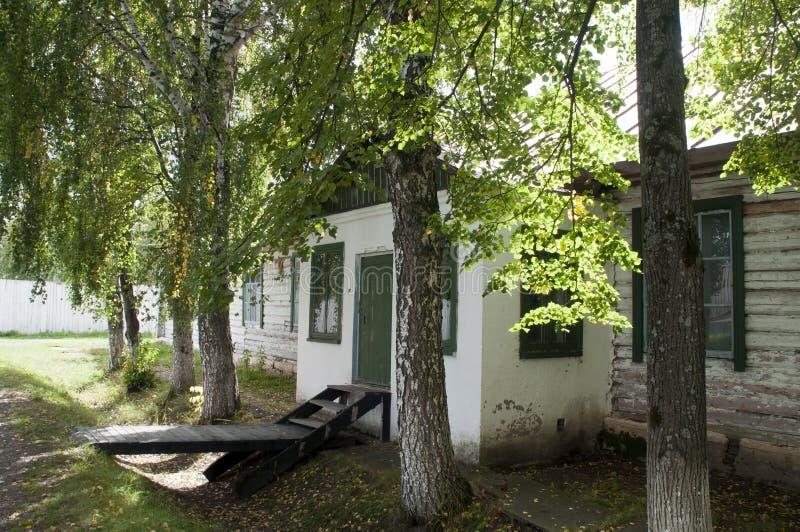 Του χωριού σπίτι το πρώιμο φθινόπωρο σε perm-36 στοκ εικόνες