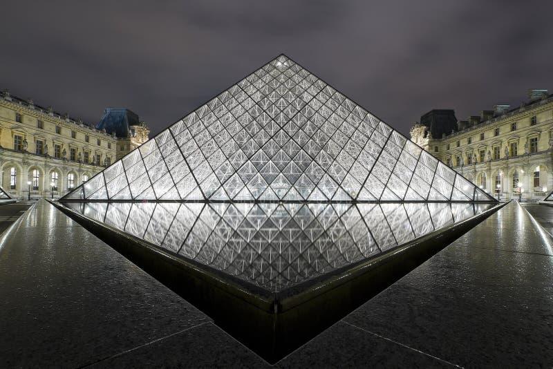 του 2010 ανοιγμάτων εξαερισμού νύχτας Παρίσι πυραμίδα Οκτωβρίου στοκ φωτογραφία με δικαίωμα ελεύθερης χρήσης