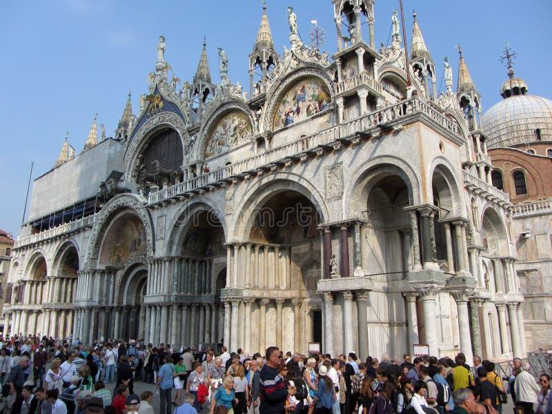 Του ST καθεδρικός ναός και τουρίστες του σημαδιού στοκ εικόνα με δικαίωμα ελεύθερης χρήσης