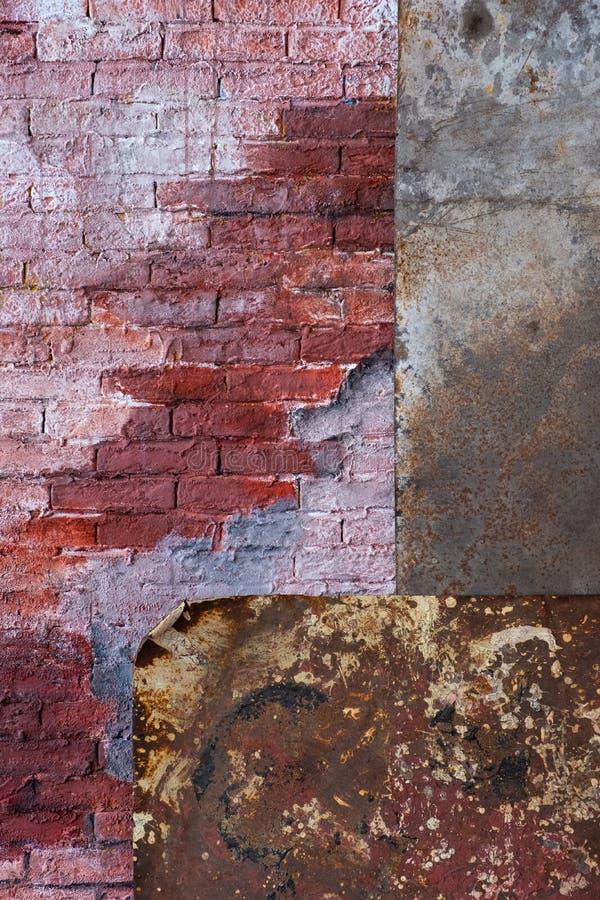 τούβλινος τοίχος και σκουριασμένα φύλλα μετάλλων στοκ εικόνες